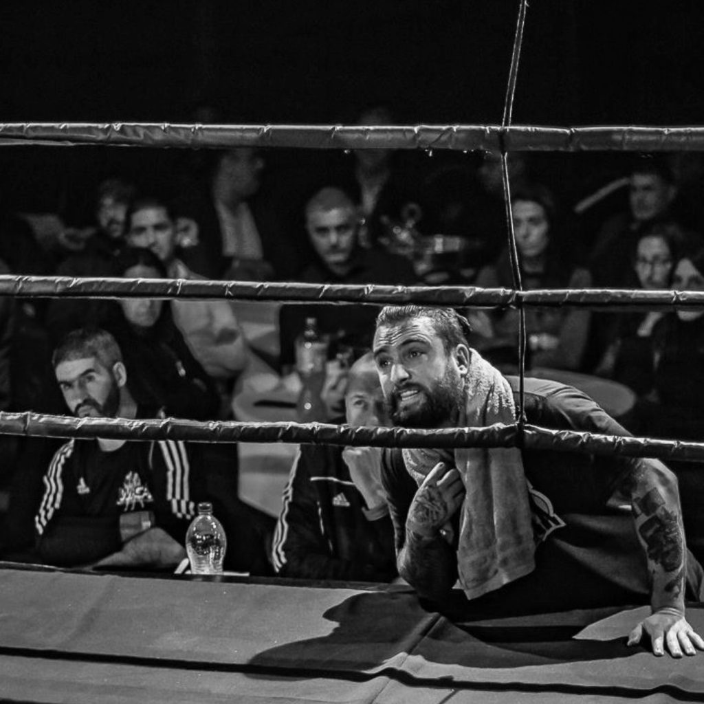 Piet Pasztjerik geeft instructies van naast de ring