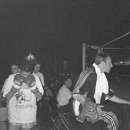 Jan Pasztjerik in de jaren 90 aan de ring van Team Pasztjerik Kickboksen uit Schiedam